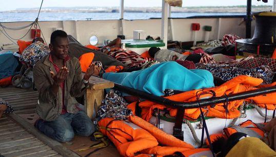SEQUESTRATA OPEN ARMS, I MIGRANTI POSSONO SCENDERE - Diversi si tuffano per nuotareverso Lampedusa. Il pm sale sulla nave, p...