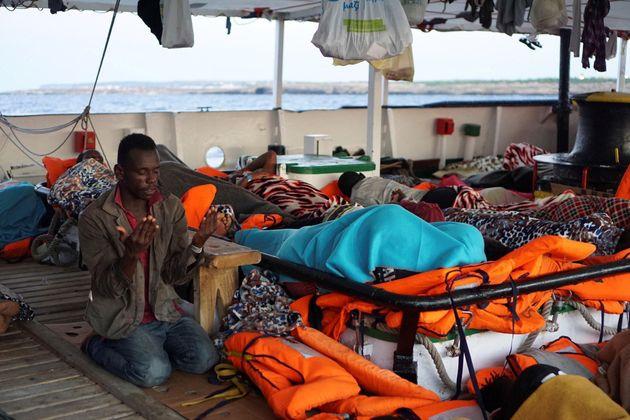 Patronaggio ordina l'evacuazione dei migranti dalla Open Arms. All'arrivo al porto di Lampedusa cantano...