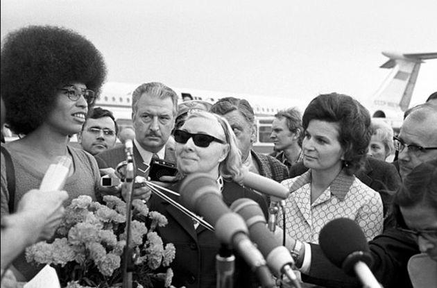 A ativista norte-americana Angela Davis (esquerda), em coletiva de imprensa ao lado de outros ativistas...
