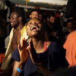 Los migrantes del Open Arms desembarcan en Lampedusa tras tres semanas en el