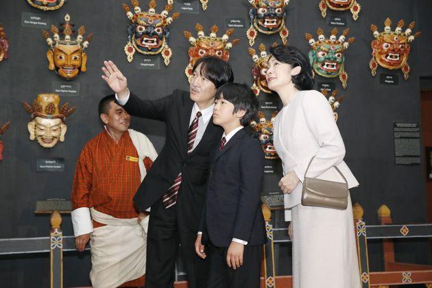 ブータンの国立博物館を見学される秋篠宮ご夫妻と長男悠仁さま=8月17日、ブータン・パロ[代表撮影]