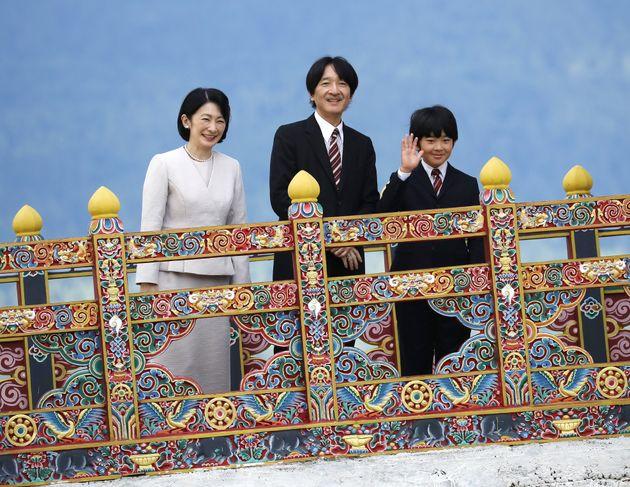 国立博物館を見学される秋篠宮ご夫妻と長男悠仁さま=8月17日、ブータン・パロ