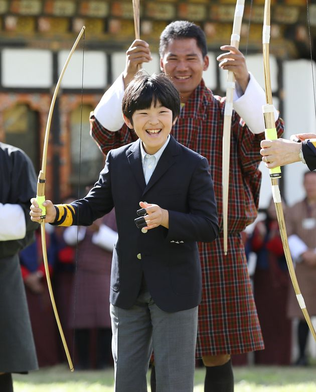 国立弓技場を訪れ、伝統の弓技を体験し笑顔を見せられる秋篠宮ご夫妻の長男悠仁さま=8月19日、ブータン・ティンプー