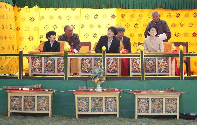 国立弓技場を訪れ、伝統の弓技を鑑賞される秋篠宮ご夫妻と長男悠仁さま=8月19日、ブータン・ティンプー