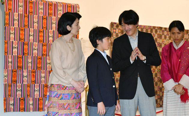 王立織物博物館を視察された秋篠宮ご夫妻と長男の悠仁さま=8月19日、ブータン・ティンプー[代表撮影]
