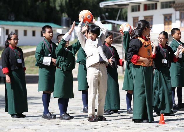 公立学校を訪れ、同年代の生徒たちとゲームで交流される秋篠宮ご夫妻の長男悠仁さま=8月20日、ブータン・ティンプー