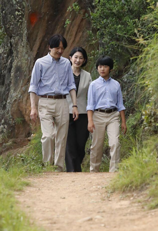 ハイキングコースを散策される秋篠宮ご夫妻と長男悠仁さま=8月20日、ブータン・ティンプー