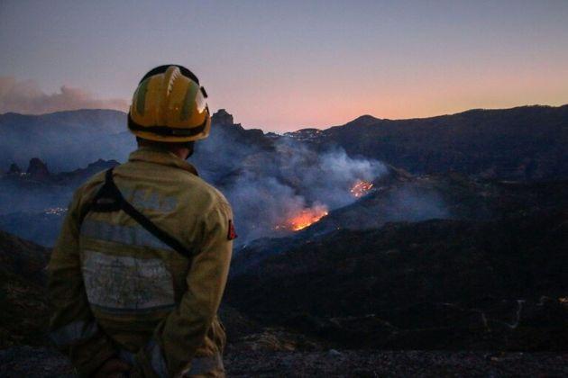 Un bombero observa la evolución del fuego en Gran Canaria, el tercer incendio en una