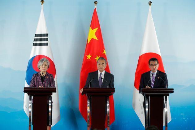 """""""자의적인 무역보복조치 배체해야"""" 강경화가 한중일 외교장관 회의서 일본을"""