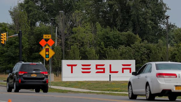 Cars pass by the Tesla Inc. Gigafactory 2, which is also known as RiverBend, a joint venture with Panasonic to produce solar panels and roof tiles in Buffalo, New York, U.S., August 2, 2018. Picture taken August 2, 2018. To match Insight TESLA-SOLAR/ REUTERS/Brendan McDermid