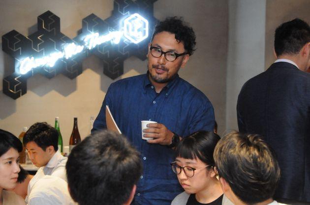 イベントの参加者と話す小松理虔さん