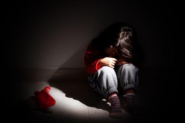 Botte e insulti ai 3 figli piccoli: arrestati genitori a Catania.
