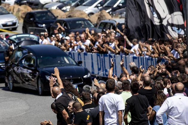 Cori, applausi e anche saluti romani ai funerali di