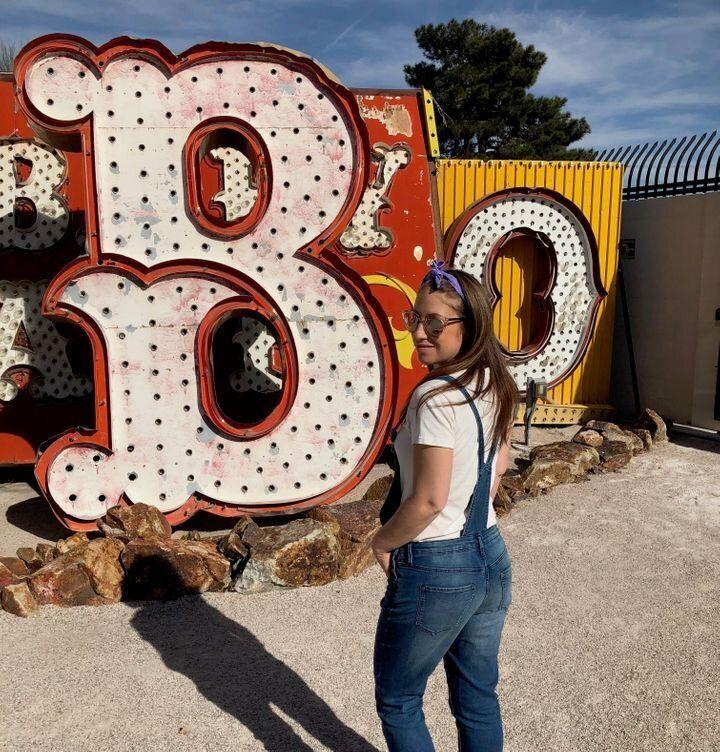 L'autrice prise en photo au Neon Museum à Las Vegas, aux États-Unis.