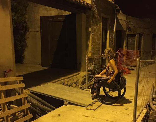 Il comune restaura la strada e Manuela, disabile dal 1996, perde la sua