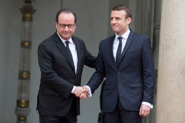 """Pour Trierweiler, Hollande (ici en mai 2017 lors de la passation de pouvoir avec son successeur) """"veut..."""