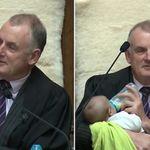 O dia em que o presidente do parlamento da Nova Zelândia deu colo ao filho de um