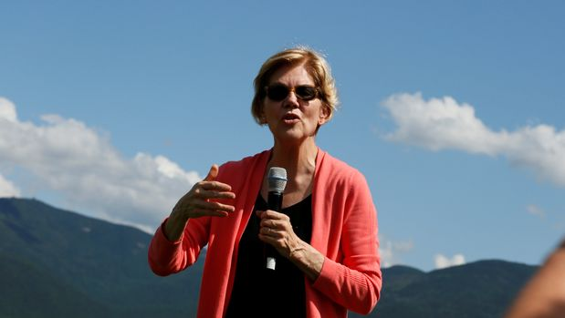 2020 Democratic U.S. presidential candidate and U.S. Senator Elizabeth Warren (D-MA) speaks to voters as she holds a town hall meeting in Franconia, New Hampshire, U.S., August 14, 2019. REUTERS/Elizabeth Frantz