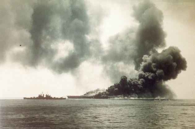 沖縄沖合で、旧日本軍の特攻隊の体当たり攻撃を受けて黒煙に包まれる米空母「バンカーヒル」(1945年5月11日撮影)。アメリカ・ワシントンの米国立公文書館と海軍歴史センターで発見された約600点の太平洋戦争当時の写真のうちの1枚[米国立公文書館提供]
