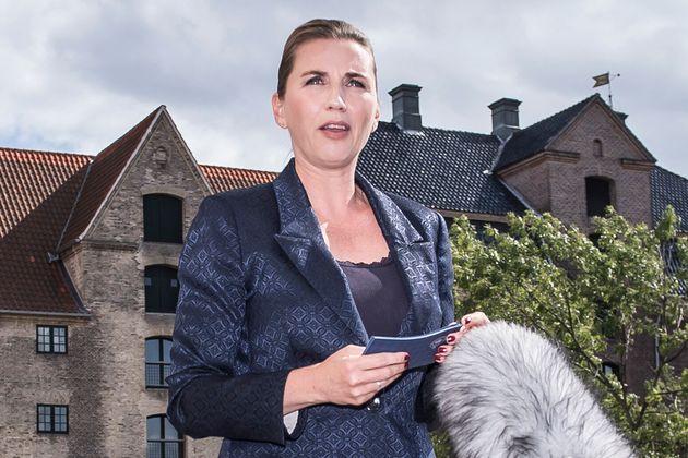 메테 프레데릭센 덴마크 총리가 기자들의 질문에 답하고 있다. 그는 도널드 트럼프 미국 대통령이 덴마크 국빈방문 일정을 일방적으로 취소한 것에 대해