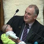 国会議事堂の議長席で赤ちゃんにミルク。「きょうはVIPが一緒です」