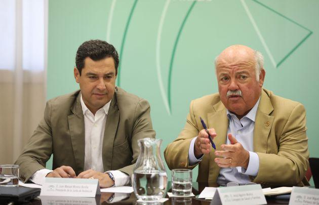 Juanma Moreno, presidente andaluz, y Jesús Aguirre, su consejero de Salud, ayer en una reunión...
