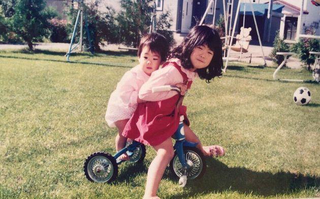 4人兄弟の長女として「しっかり者だから」「女の子だから」そういうよくわからない世界のルールを生きていた子どもの頃の私。3歳下の妹と