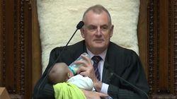 Il presidente della Camera neozelandese fa da baby sitter al figlio di un deputato (durante un