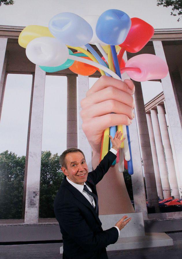L'artiste Jeff Koons devant une reproduction de l'oeuvre où elle sera installée dans un...