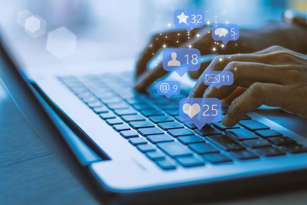 Facebook embauche des journalistes pour son fil