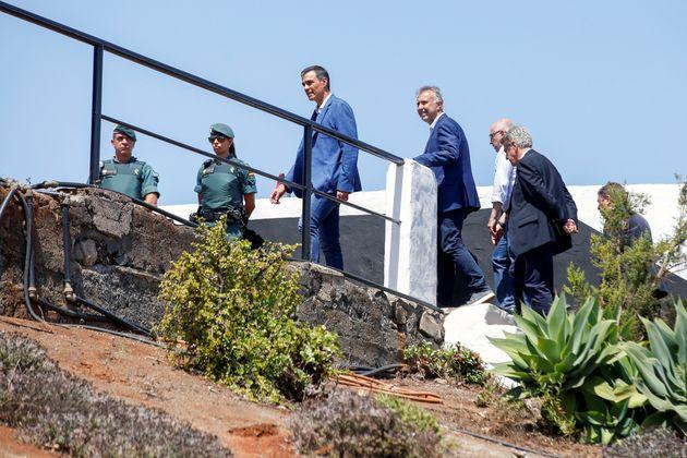 El presidente del Gobierno, Pedro Sánchez, visitando Gran Canaria con dirigentes locales y la...