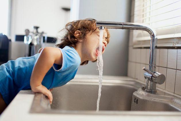 Pas de panique avec les microplastiques dans l'eau potable, dit