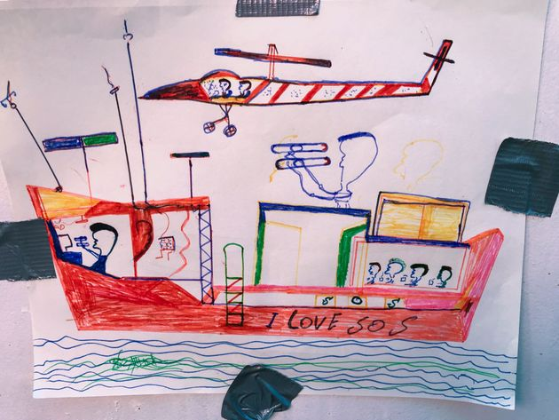 Un dessin de migrant réalisé à bord du bateau Ocean Viking décrit l'opération...
