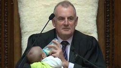 Quand le président du Parlement Néo-Zélandais donne le biberon au fils d'un député en plein