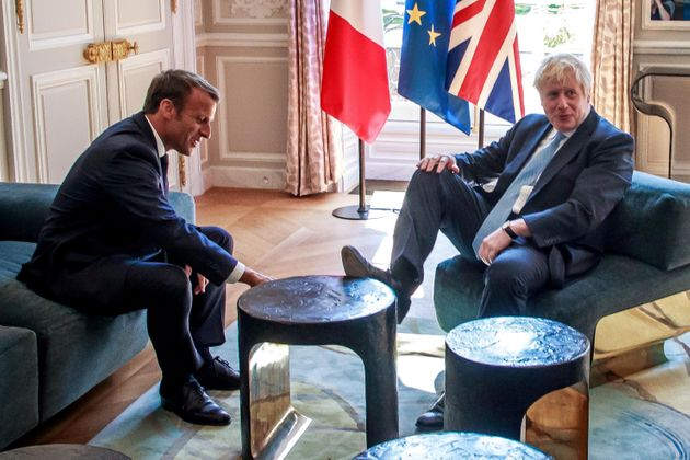 Informale o cafone? Boris Johnson all'Eliseo con i piedi sul