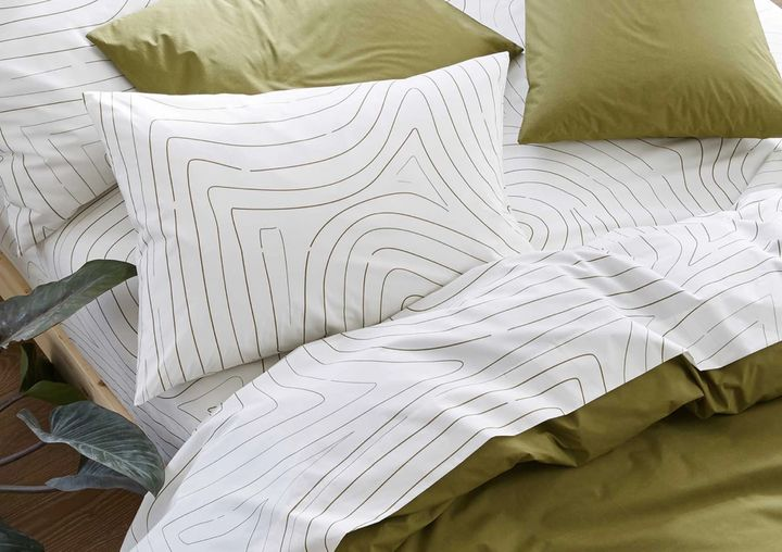 Here's how to know if you're buying a good set of sheets, according to bedding experts.