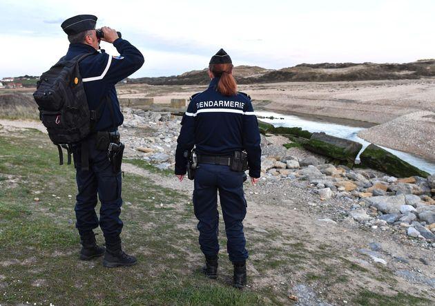 Des gendarmes français patrouillent sur la plage deTardinghen, au nord de Calais, le 4 avril