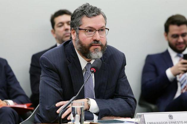 Chanceler Ernesto Araújo foi blindado por Eduardo Bolsonaro ao comparecer à
