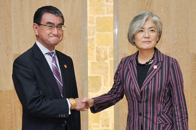 中国・北京市郊外で開かれた日韓外相会談で握手する河野太郎外相(左)と韓国の康京和外相=8月21日