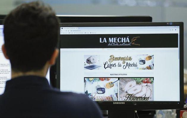 Un usuario navega por la página web de Magrudis, que comercializa la carne mechada afectada por...