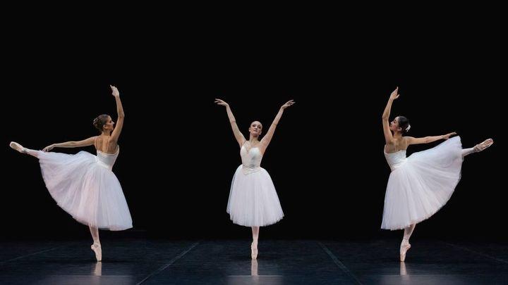 Suite En Blanc에서 신아현 (오른쪽), Photographer Mirka Kleemola, Finnish National Ballet 제공