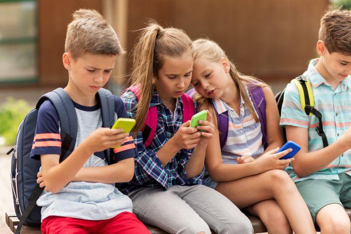"""<a href=""""https://www.generationsandco.com/comment-sannonce-la-rentree-2018/"""" target=""""_blank"""" rel=""""noopener noreferrer"""">34%&nbsp;</a>des &eacute;l&egrave;ves de CM2 disposent d&eacute;j&agrave; d&rsquo;un smartphone et ce taux double pratiquement d&egrave;s la sixi&egrave;me avec 63% des enfants &eacute;quip&eacute;s."""