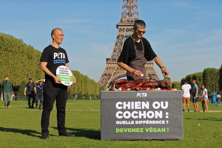 Action choc au pied de la tour Eiffel par l'association Peta.