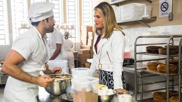 Abel (à esq.) conversa com Britney (à dir.) em cena de 'A Dona do