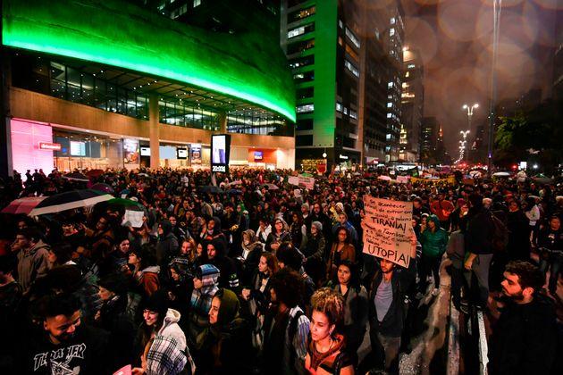 Manifestantes fecham a Avenida Paulista (sentido Consolação), na noite desta sexta-feira
