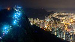 """香港で「人間の鎖」、携帯の灯りで作った """"光の道"""