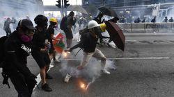 Torna la violenza a Hong Kong: molotov e mattoni contro la polizia, che risponde con i