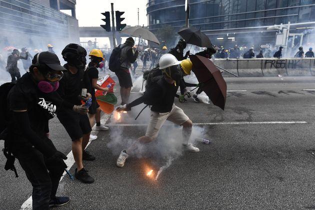 Torna la violenza a Hong Kong: molotov e mattoni contro la polizia, che risponde con i lacrimogeni