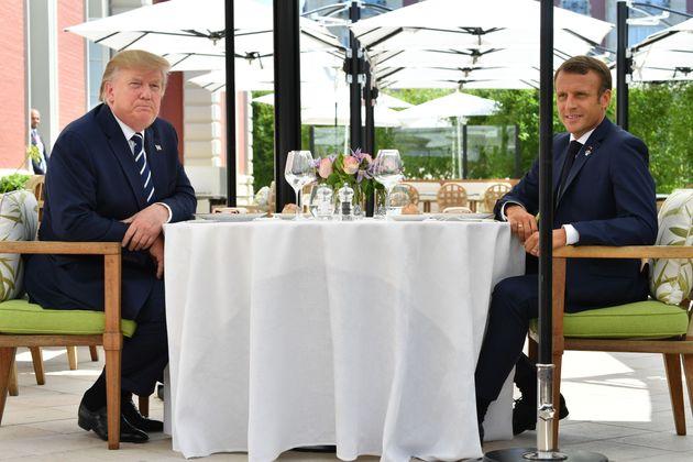 Emmanuel Macron et Donald Trump déjeunant à l'Hôtel du Palais de Biarritz avant le...