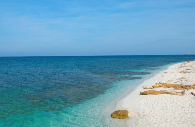 Victime de vols de sable, une plage de Sardaigne inaugure des